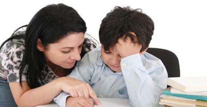 Мама с сыном над книгой