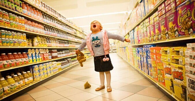 Малышка в супермаркете