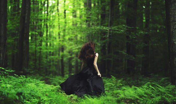 Женщина бежит в лес